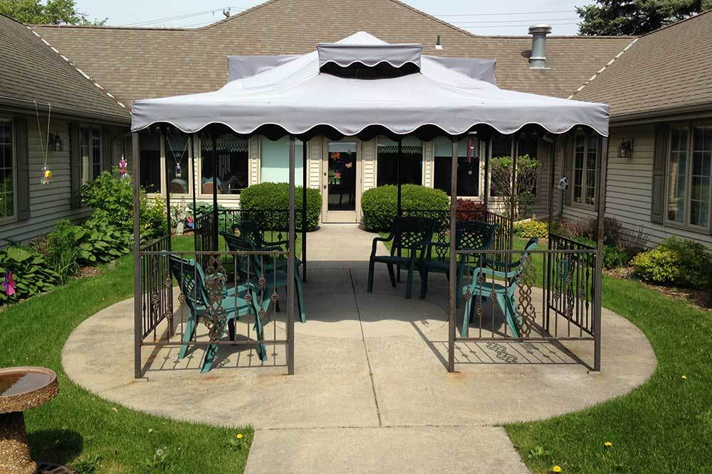 Sit down and chat with others at Wyndemere Assisted Living.