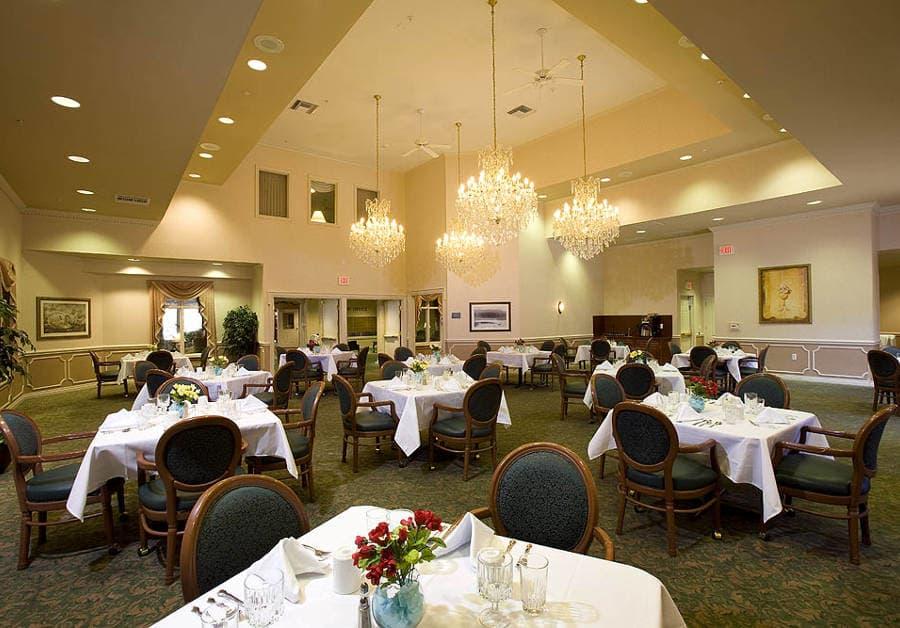 Waltonwood Twelve Oaks offers a dining area in Novi, MI