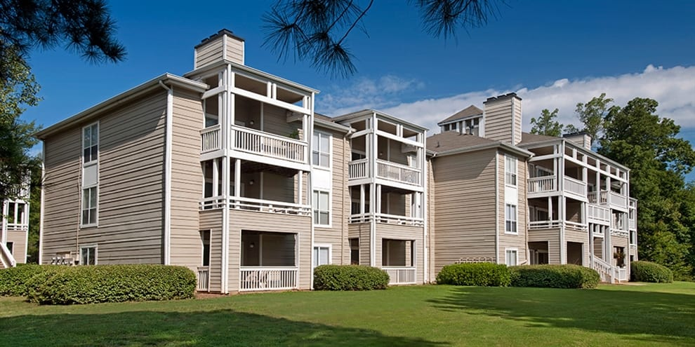 exterior of Jefferson Lakeside Apartments