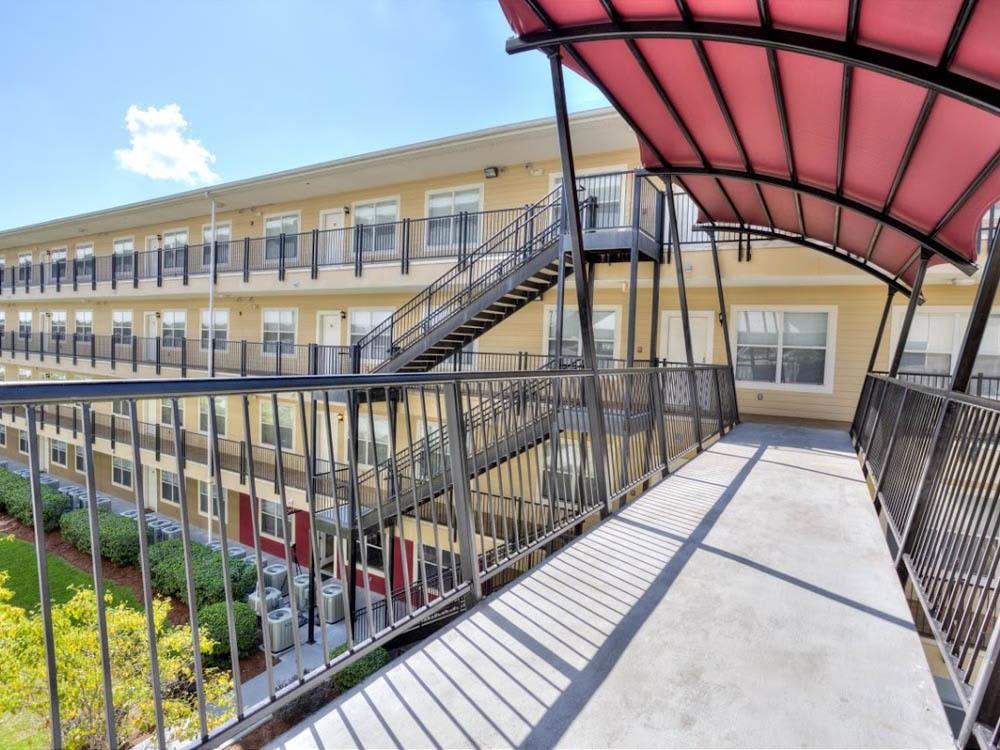 Outdoor sky bridge at apartments in Tallahassee