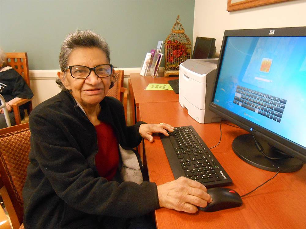 Elk Grove Seniors On Computers