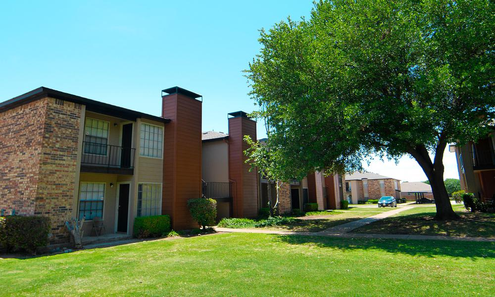 Exterior Courtyard View at Savoy Apartments in Fort Worth