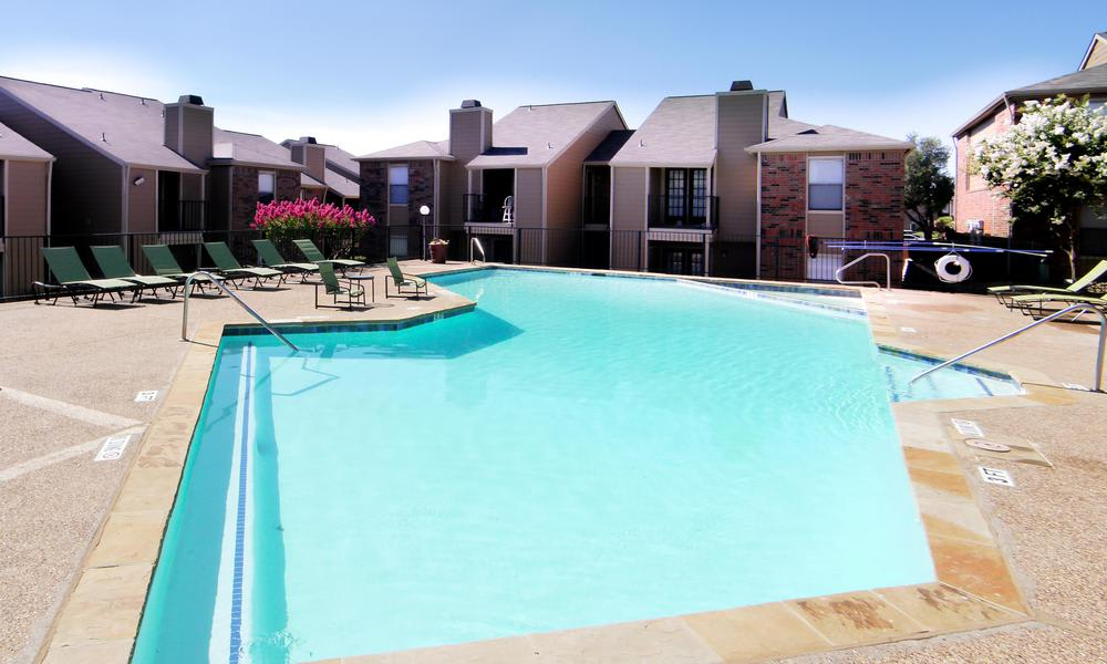 Luxury swimming pool at Saddlehorn Vista Apartments in Fort Worth, TX