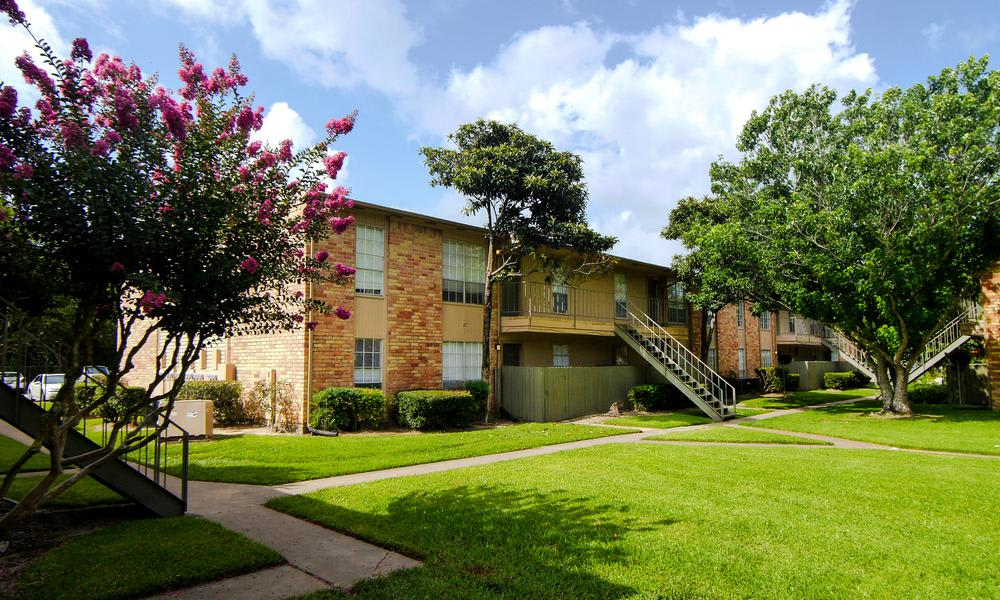 Walking paths at Newport Oaks Apartments in Alvin, TX