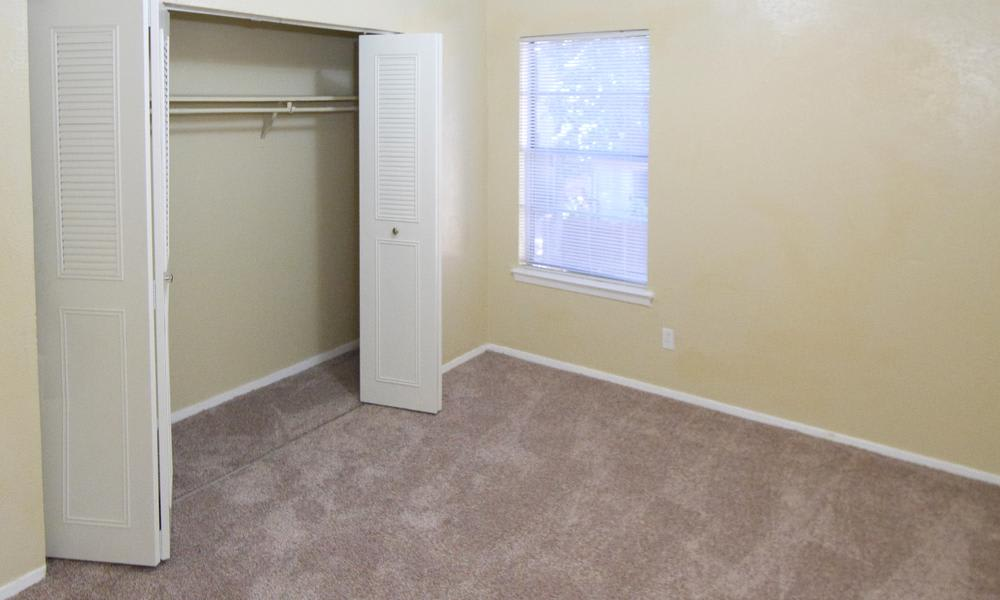Wyndham Pointe offers a bedroom with closet in Fort Worth, TX