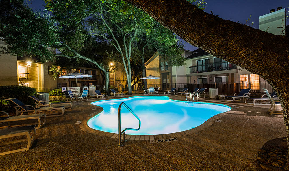 Landera Night Time Pool Shot