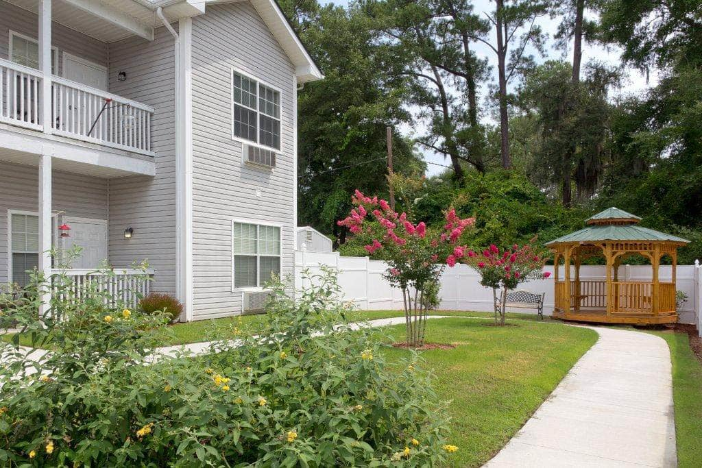 Landscaped Courtyard at Summer Breeze Senior Living in Savannah, GA
