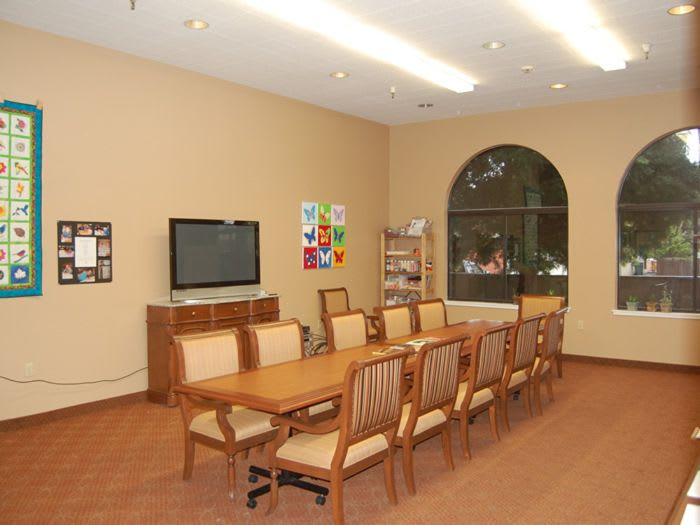 community dining room at Pacifica Senior Living San Leandro in San Leandro, CA