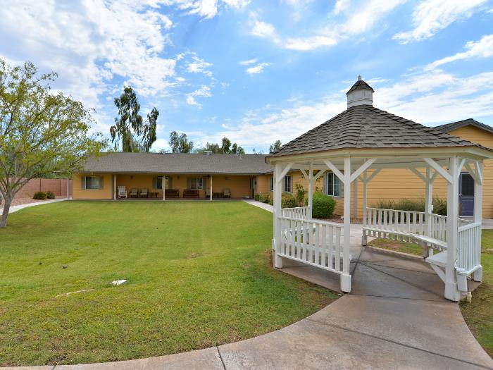 Pacifica Senior Living Paradise Valley courtyard in Phoenix