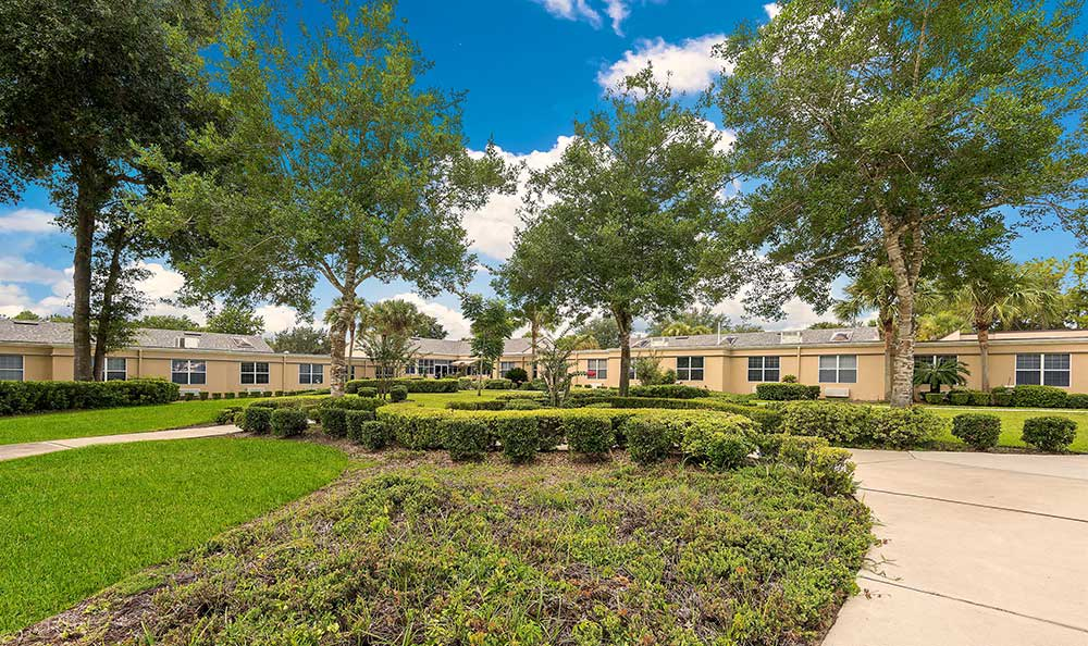 Landscaped grounds at Pacifica Senior Living Ocala