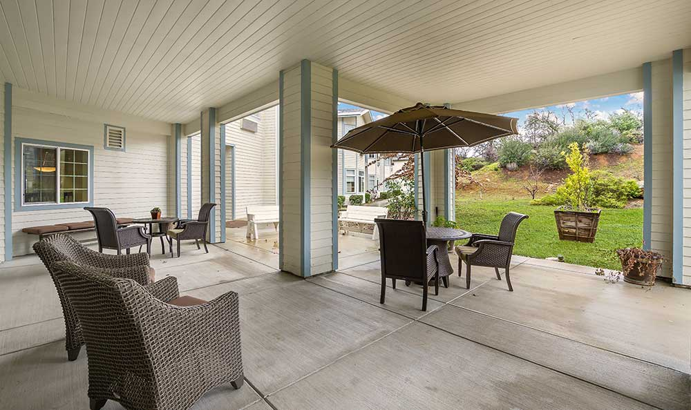 Covered outdoor patio at Pacifica Senior Living Country Crest