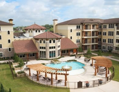Luxury courtyard with swimming pool in our senior living community Meridian at Kessler Park in Dallas, TX