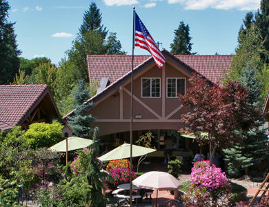 senior living residents having lunch at Courtyard at Coeur d'Alene in Coeur d'Alene, ID