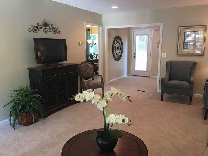 Living room at Pacifica Senior Living Heritage Hills in Hendersonville, NC