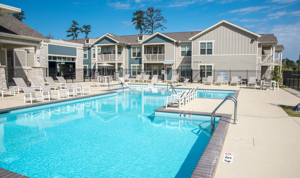 swimming pool at Springs at River Chase Apartments in Covington, LA