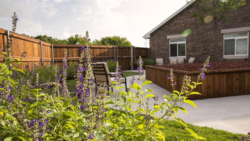 Places to relax outside at Oxford Glen Memory Care at Grand Prairie