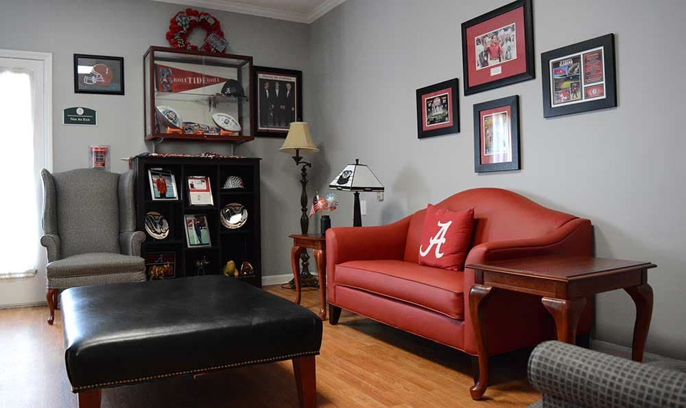 A red couch dazzle at Morning Pointe of Tuscaloosa
