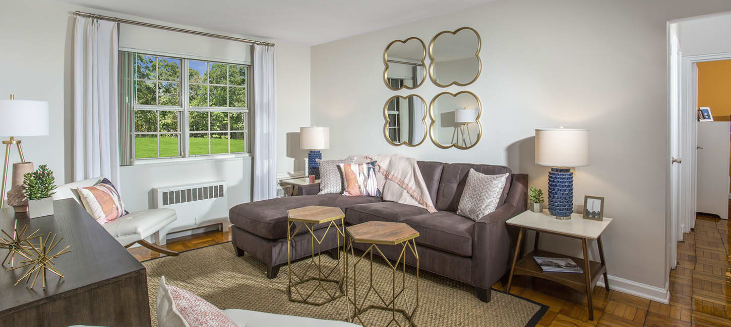 Spacious living room at Queenstown Apartments in Mount Rainier