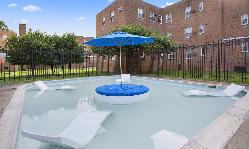 Pool And Deating At Queenstown Apartments