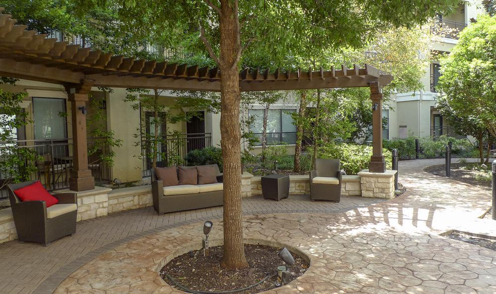 Common Area In Courtyard at Elan At Bluffview Apartments in Dallas, TX
