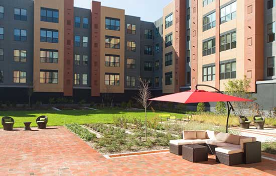 Open courtyard at Park 7 Apartments