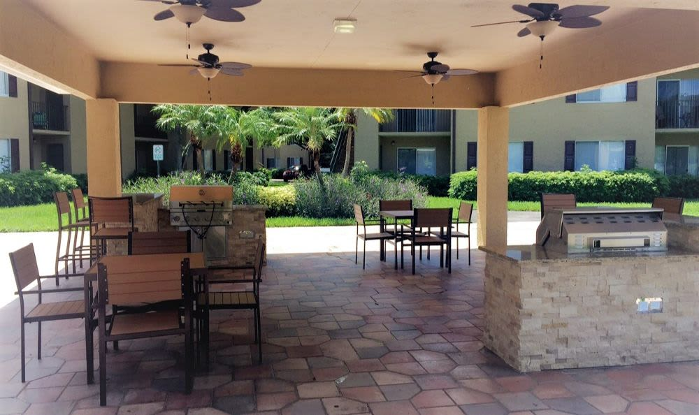 Bbq area at Palmetto Place Apartments in Kendall Miami