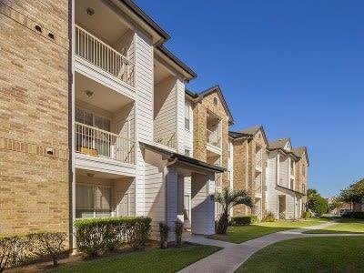 Exterior view of apartment buildings at Veranda in Texas City, TX
