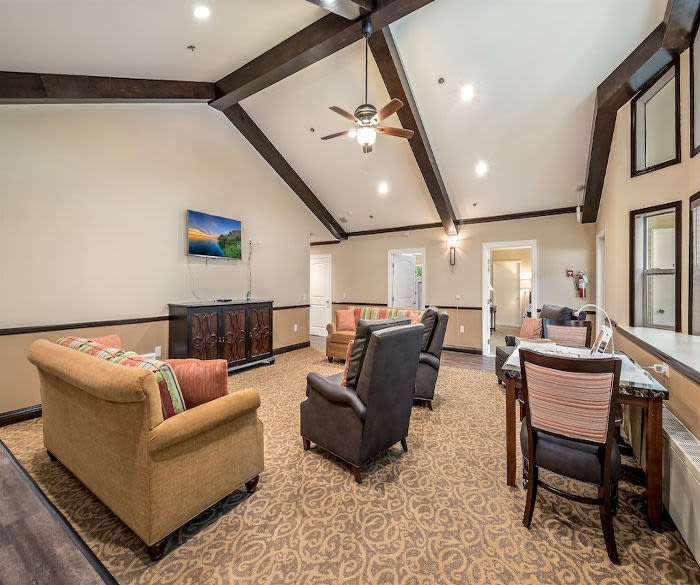 Comfortable living room at Pacifica Senior Living Lynnwood