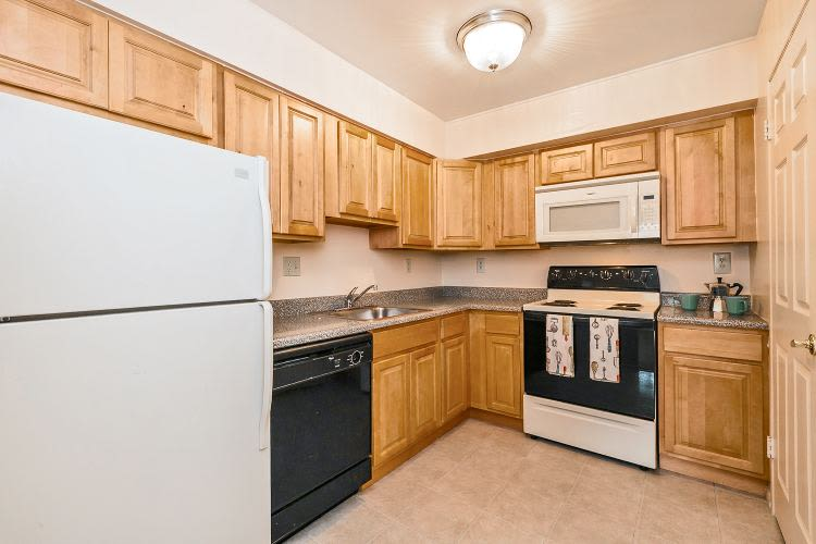 Kitchen at Lincoln Park Apartments & Townhomes