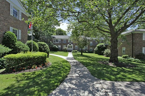 Spacious walking paths at Short Hills Village Apartment Homes in Short Hills, NJ