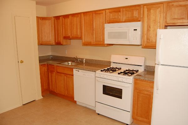 Modern kitchen at Tanglewood Terrace Apartment Homes in Piscataway, NJ