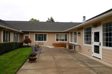 Building exterior and walkways at Pacifica Senior Living McMinnville
