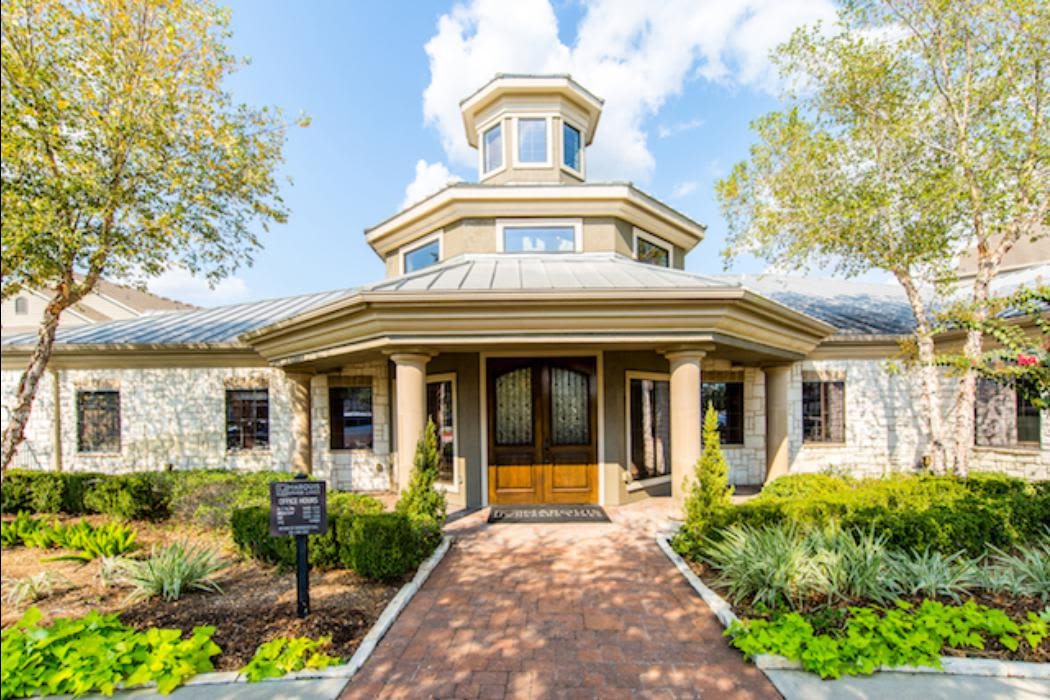 Lush landscaping at Marquis Grand Lakes in Richmond, TX