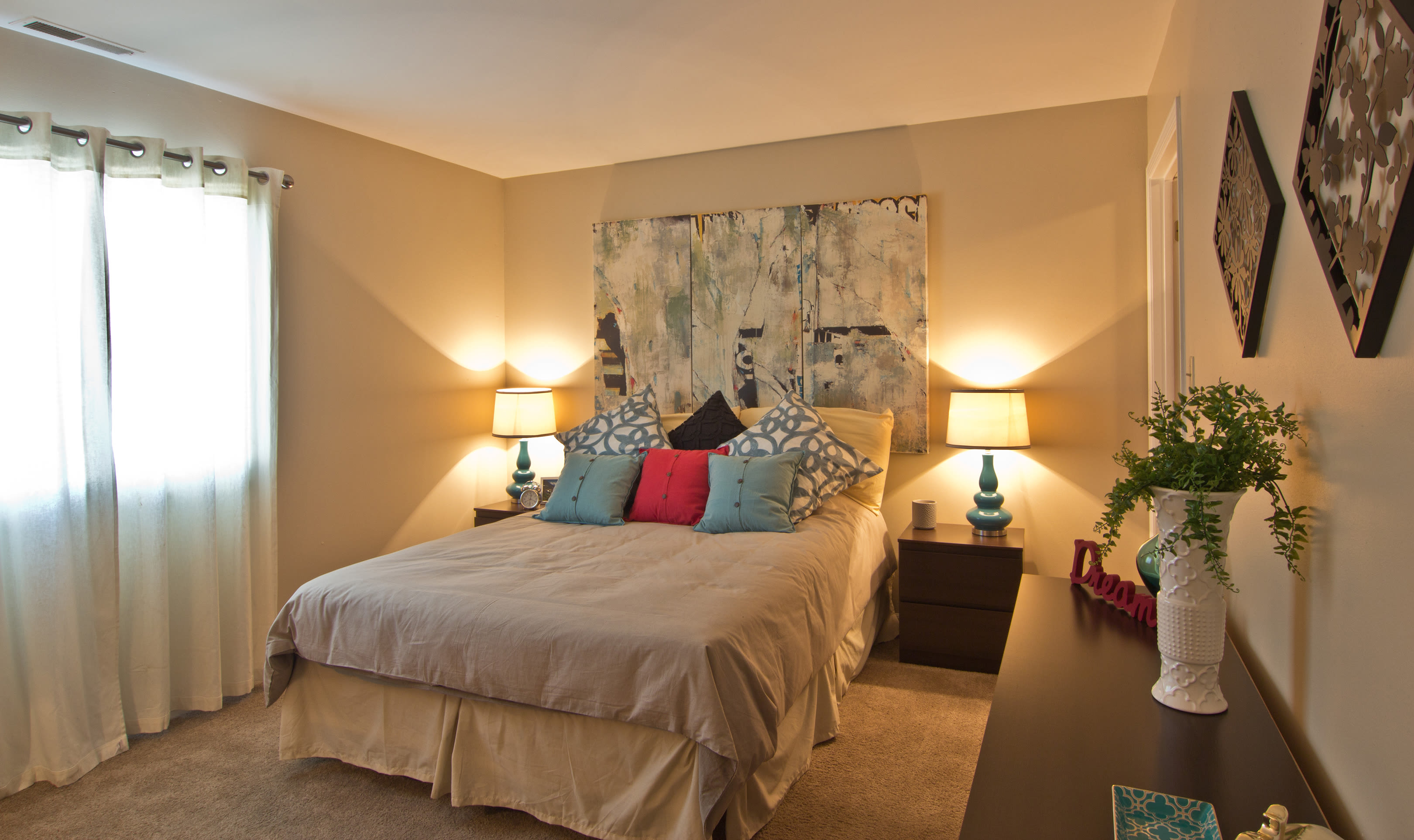 The Lakes at 8201 offers a cozy bedroom in Merrillville, Indiana