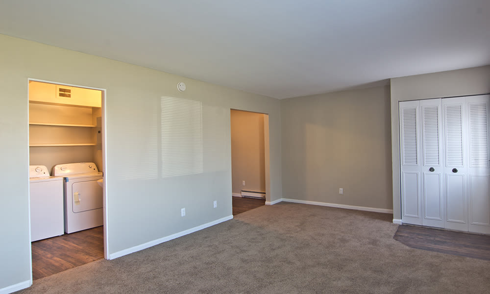 Carpeted living room at The Summit at Ridgewood in Fort Wayne, Indiana