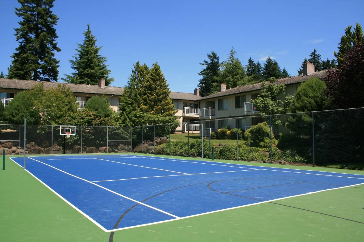 Enjoy apartments with a tennis court at Cascade Park