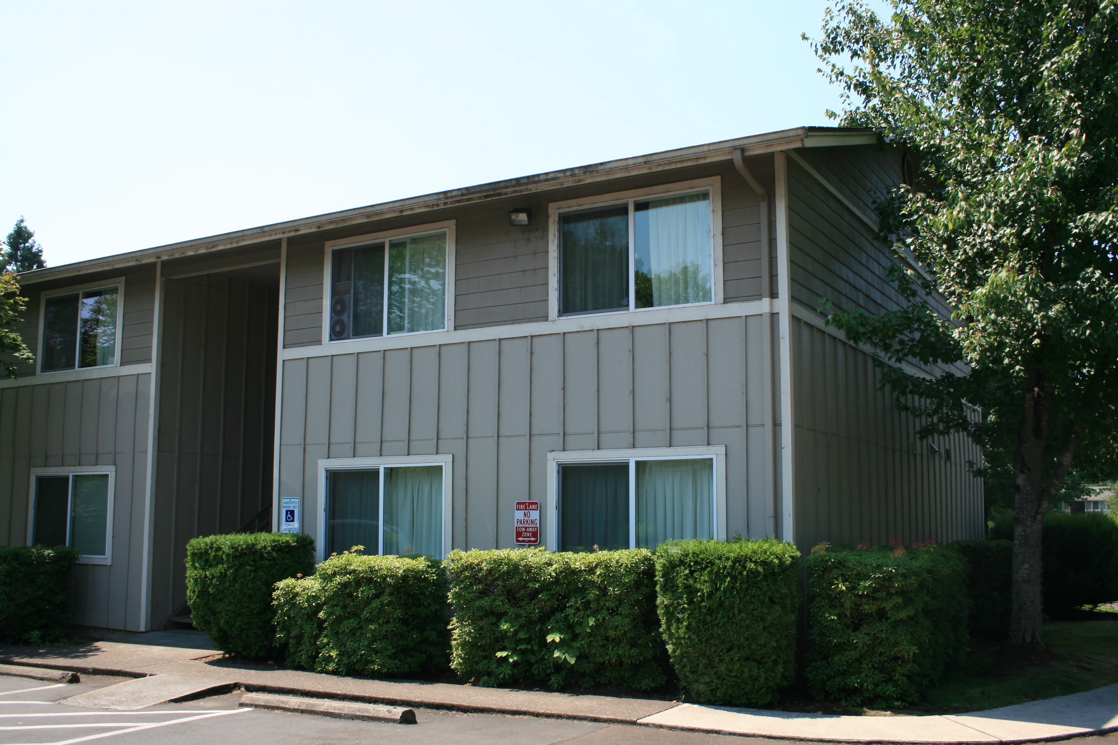 Front view apartments at Springfield, Oregon