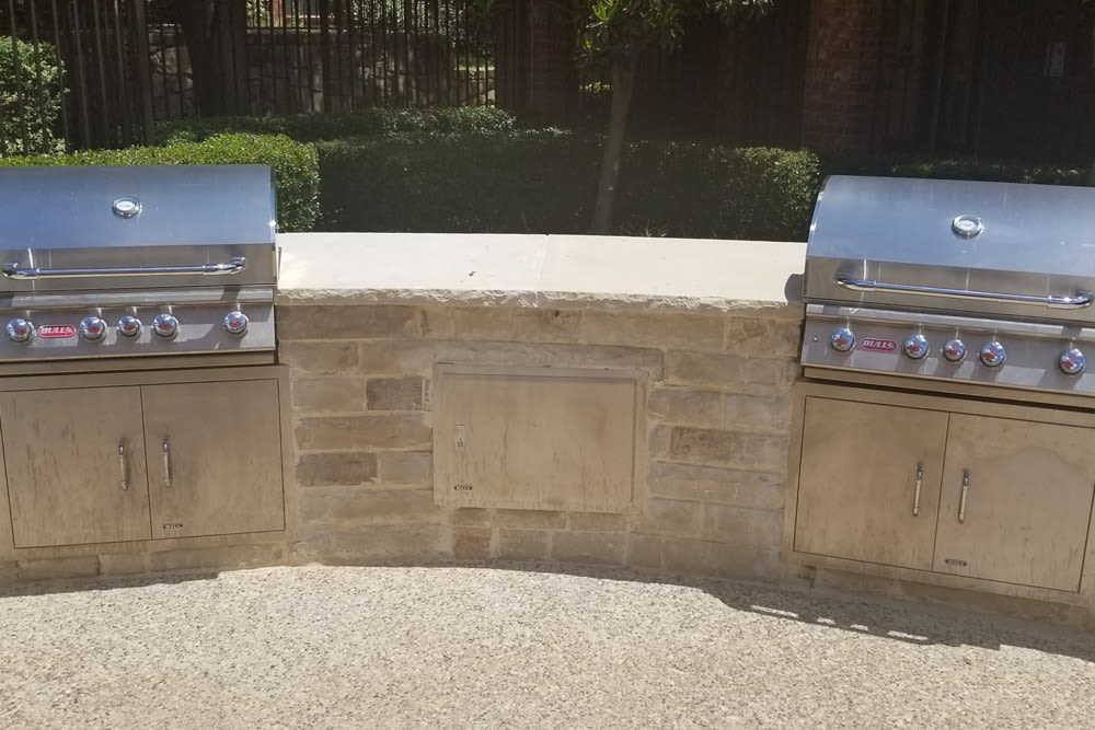Spacious bbq area at apartments in North Richland Hills, Texas
