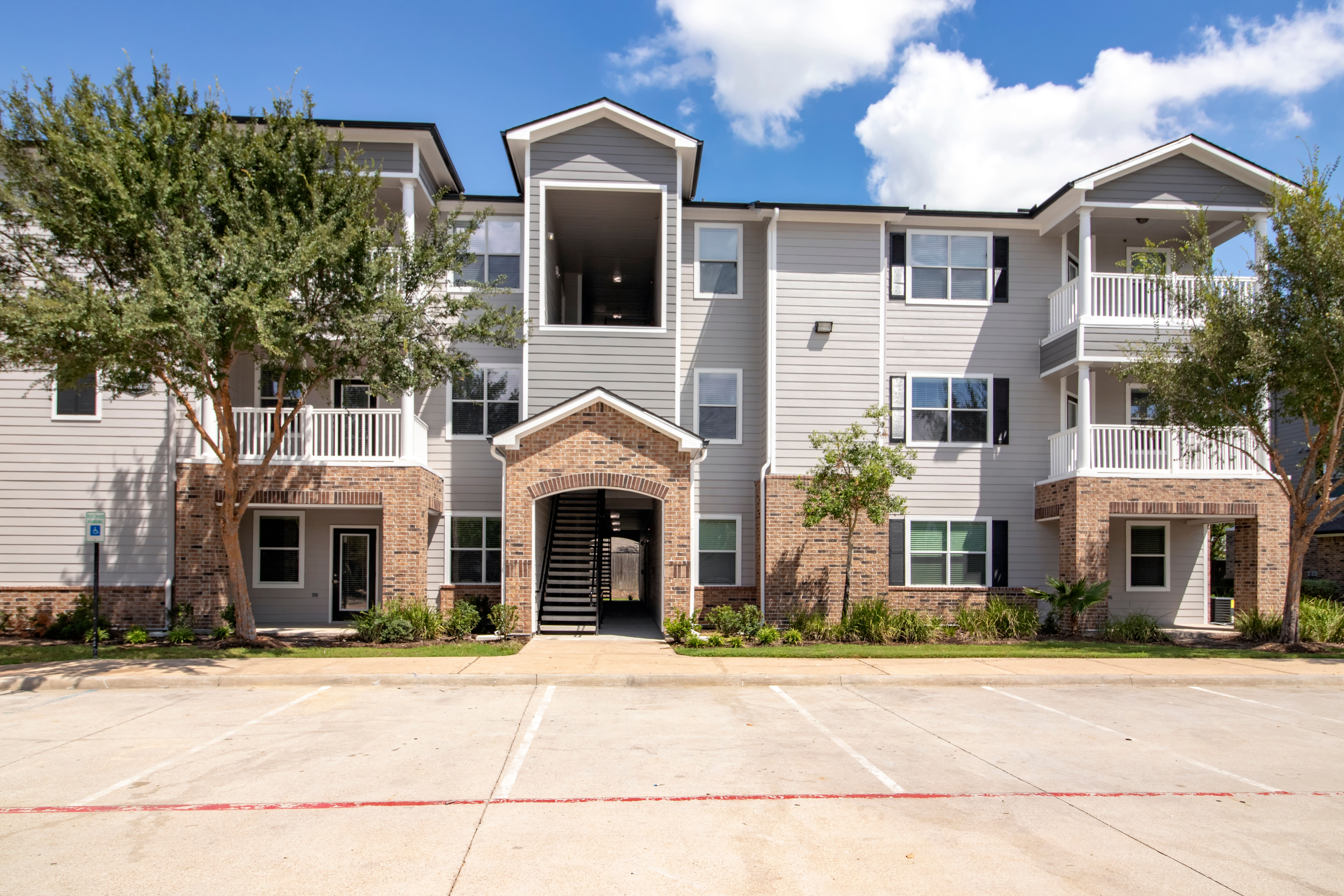 Apartments with a clean parking area at Houston, Texas