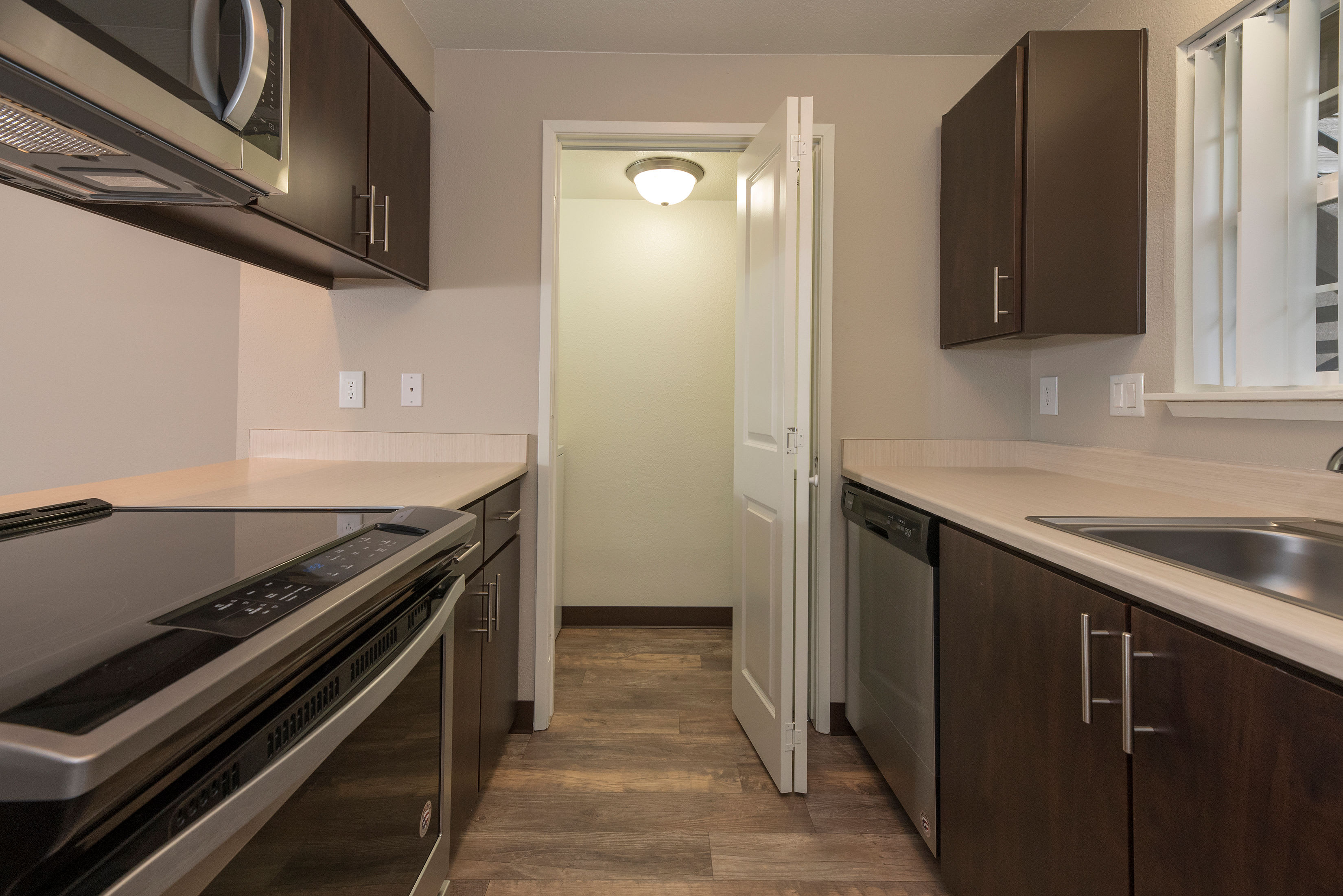 Kitchen at Slate Ridge at Fisher's Landing Apartment Homes in Vancouver, Washington