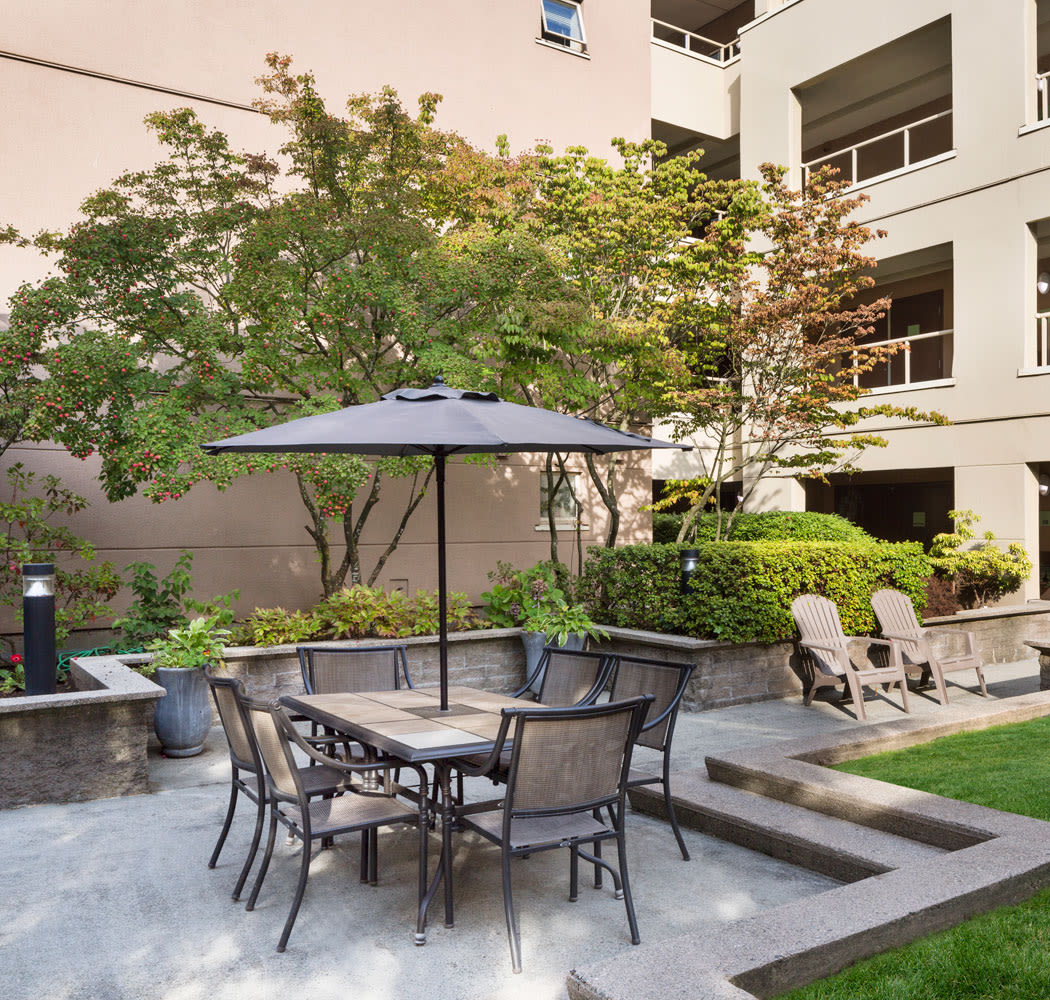 Lucious garden area and outdoor dining at Dunway Court