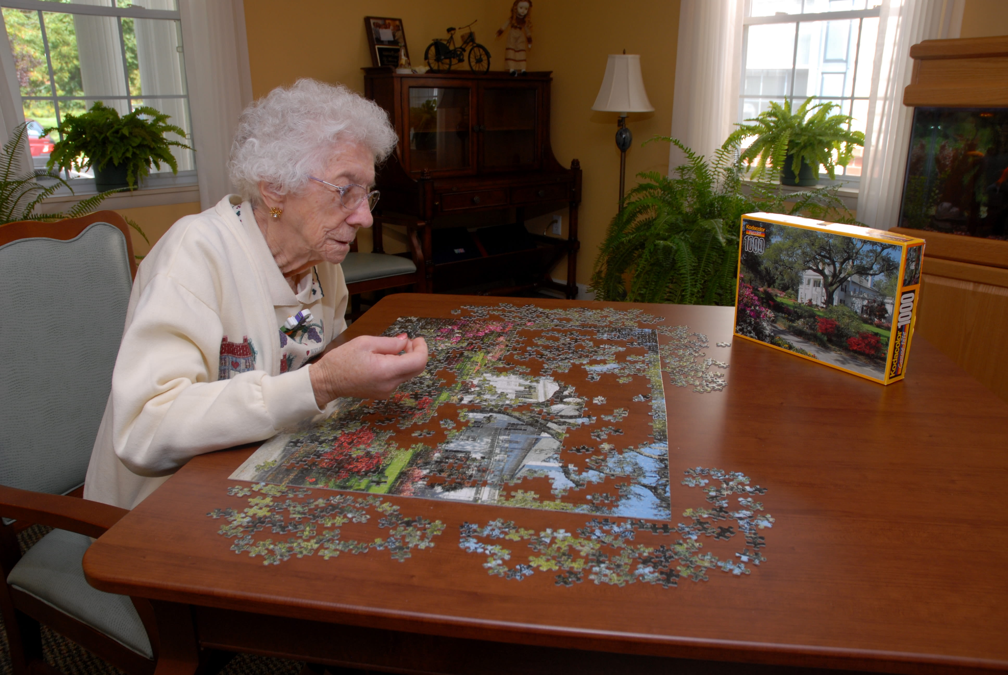 A resident solving a puzzle at Chestnut Knoll in Boyertown, Pennsylvania