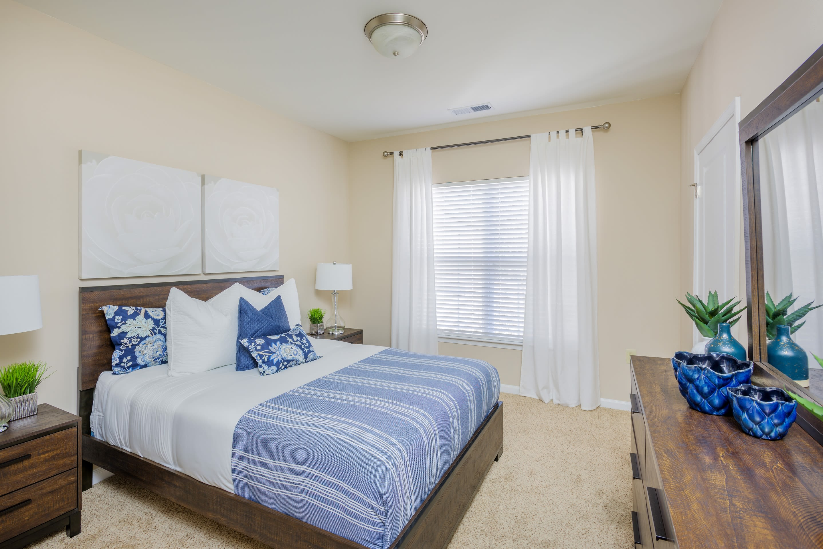Arbor Village offers a modern bedroom in Summerville, South Carolina