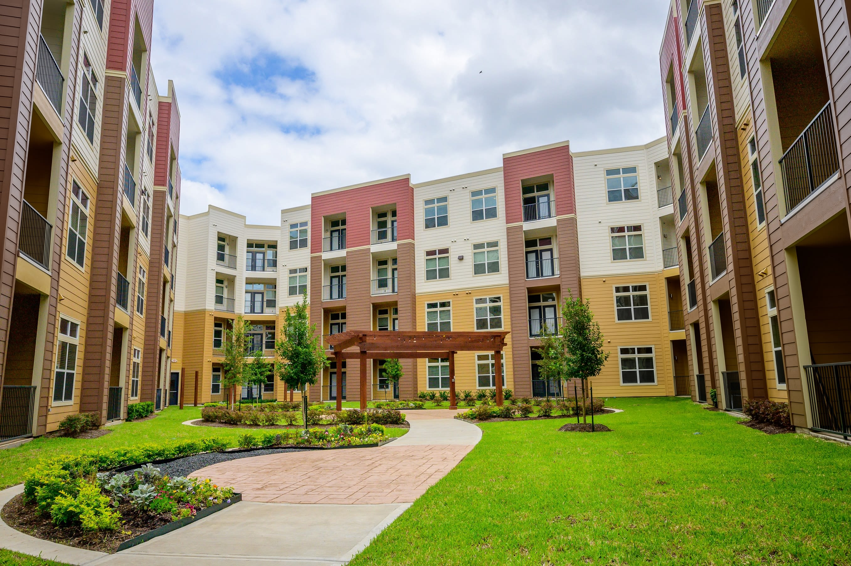 Outdoor courtyard view at Aspire at 610 in Houston, Texas