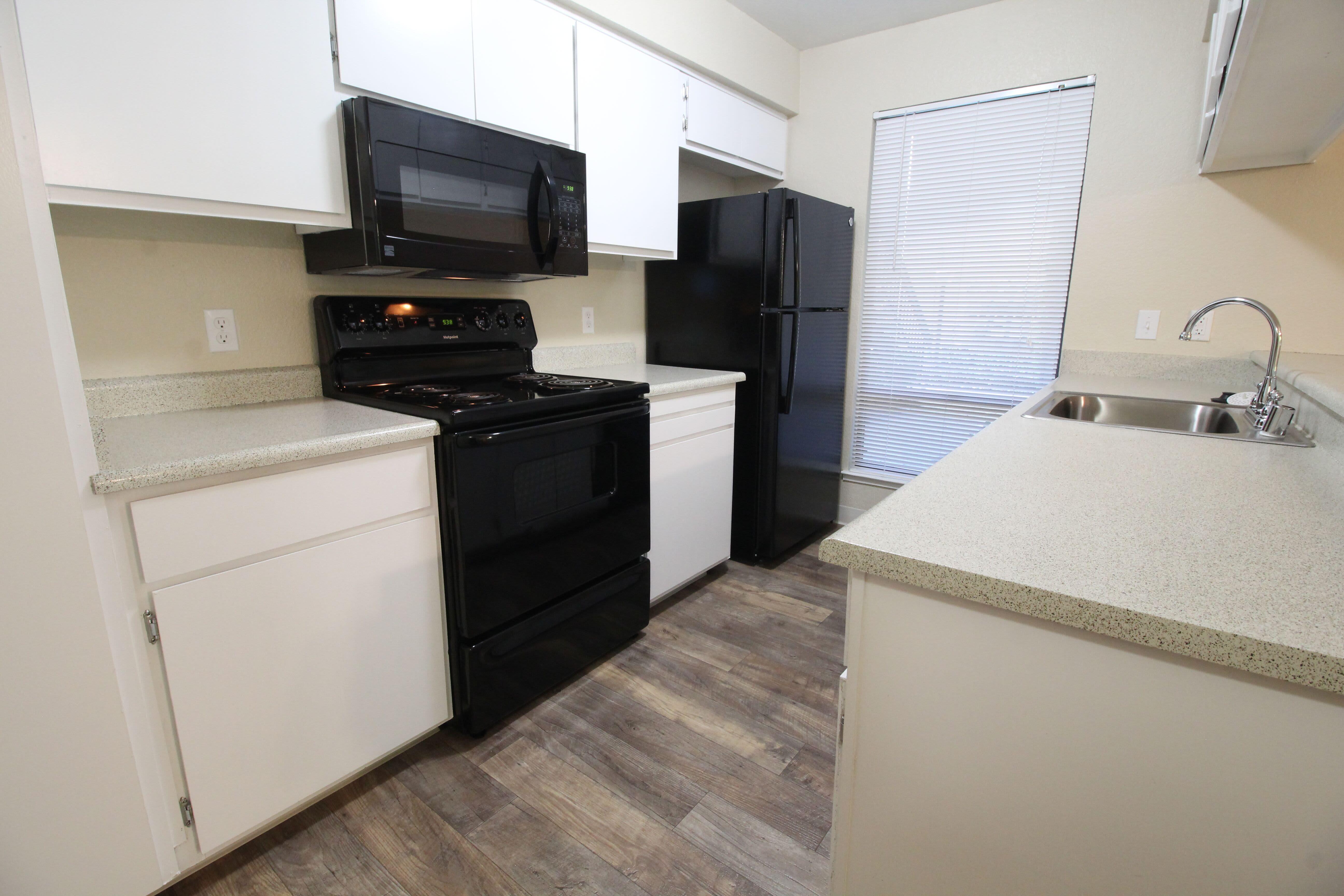 Open-concept kitchen of Huntcliffe Apartments in Fair Oaks, California