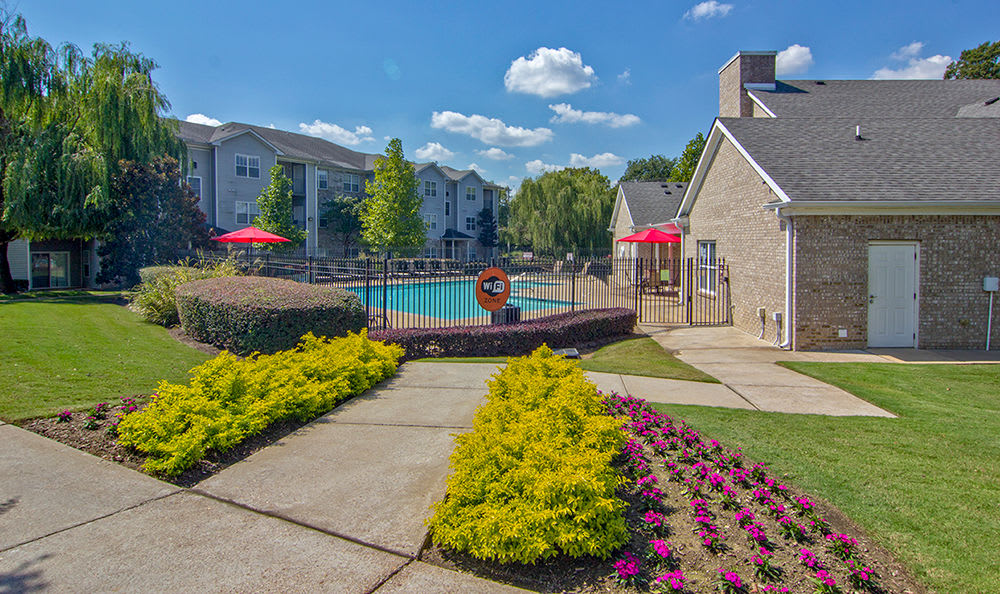 Lush landscaping at Crescent at Wolfchase in Memphis, Tennessee