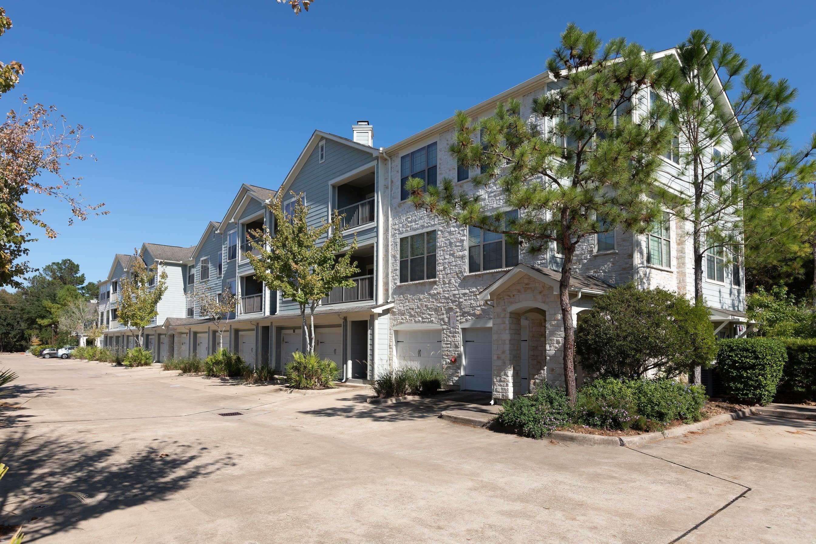 Exterior view of Lakefront Villas in Houston, Texas