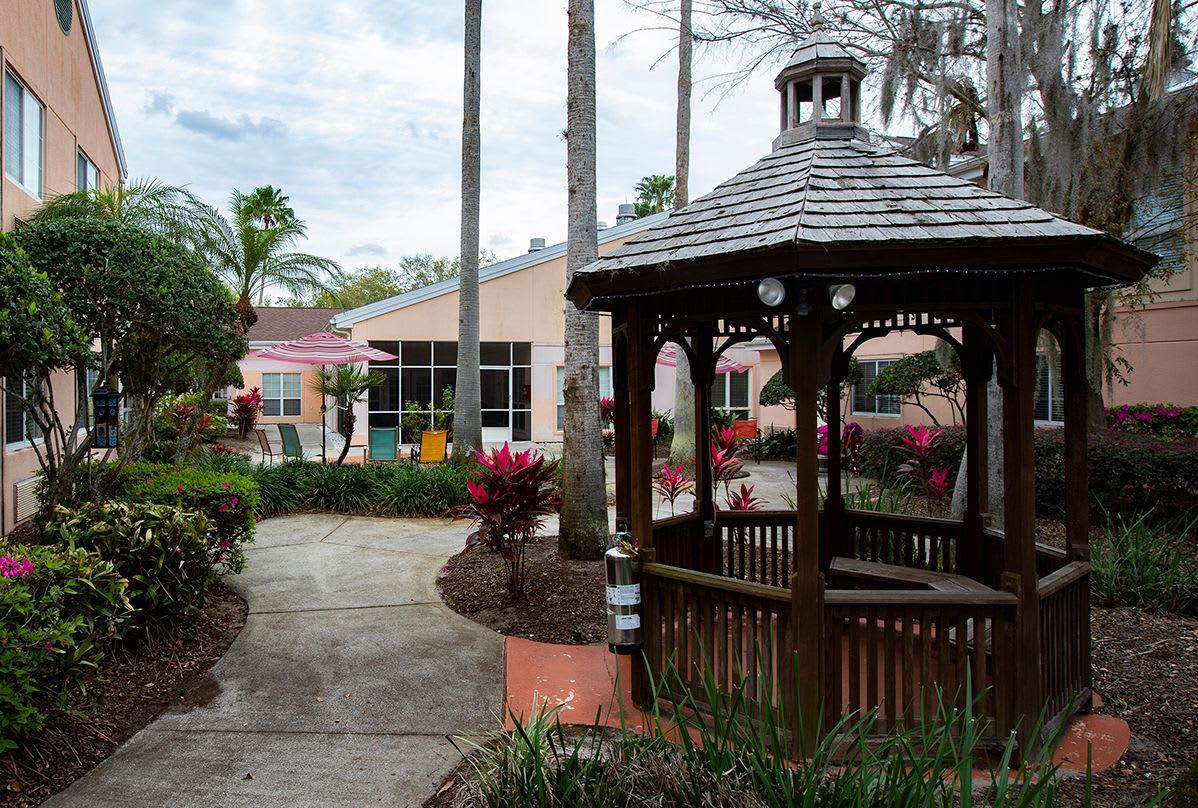 Outdoor plaza at Savannah Court of Maitland Senior Living in Maitland Florida