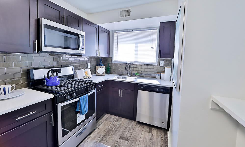 Beautiful Modern Kitchen at Lynbrook at Mark Center Apartment Homes in Alexandria, VA