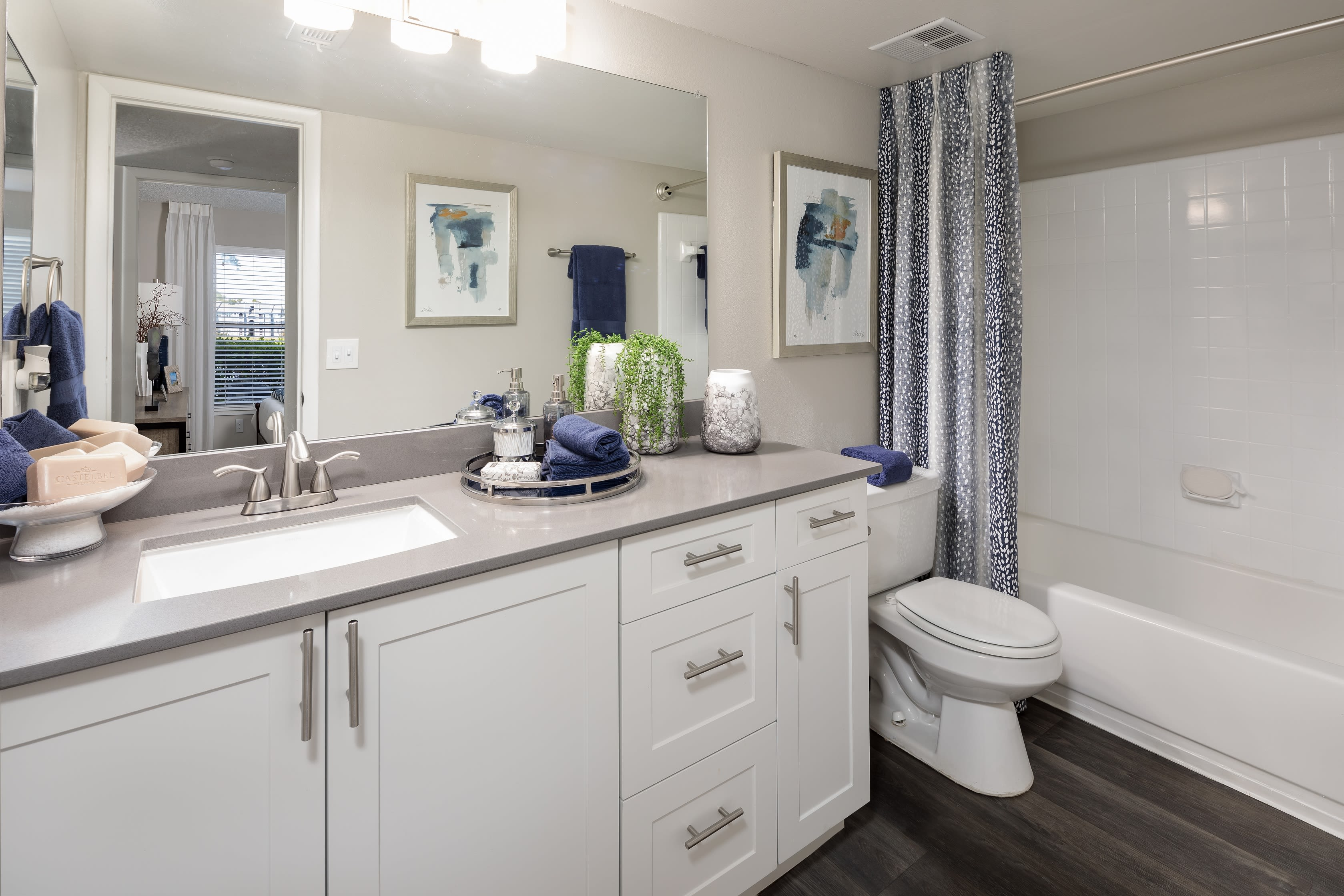 A large bathroom at Onyx Winter Park in Casselberry, FL